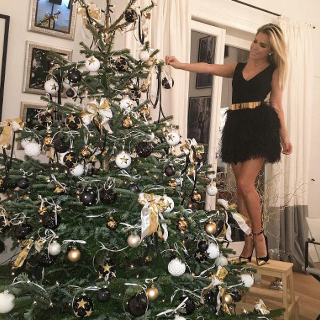 Sylvie Meis schmückt ihren Weihnachtsbaum im Glamour-Outfit