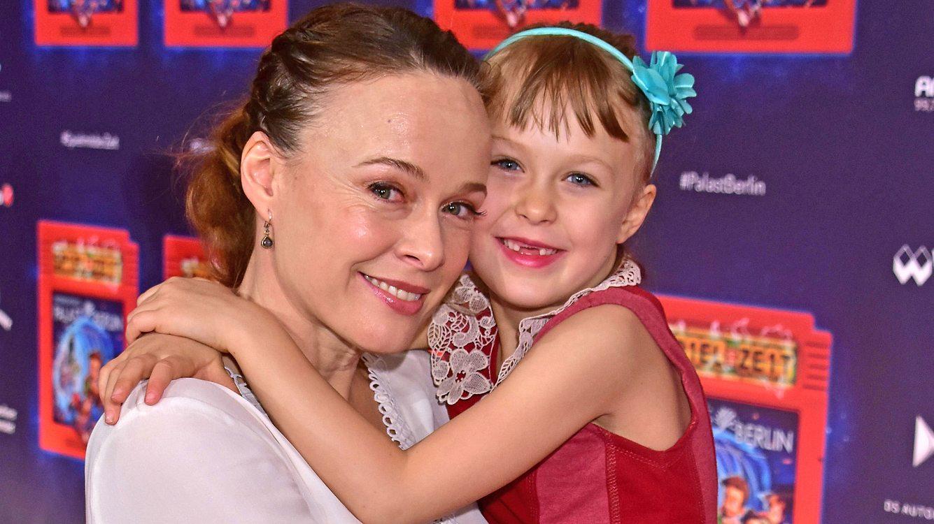 Tami Stronach heute mit Tochter