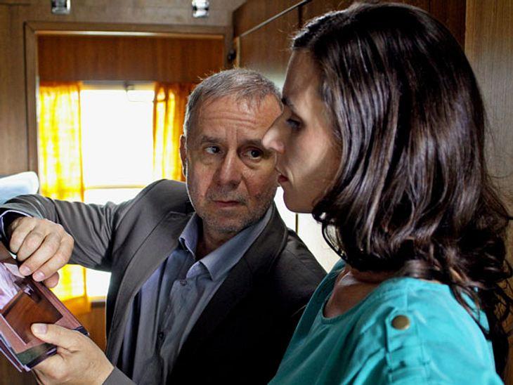 Die Tatort-Kommissare im Überblick: Frankfurt,Seit 2011 ermitteln die Hauptkommissare Frank Steier (l.), gespielt von Joachim Król (55) und Conny Mey (r.), gespielt von Nina Kunzendorf (40) gemeinsam im Tatort Frankfurt. Das Ermittlerpaar b