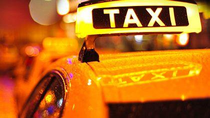 Taxifahrer stirbt während der Vater - Kleinkind verletzt! - Foto: iStock