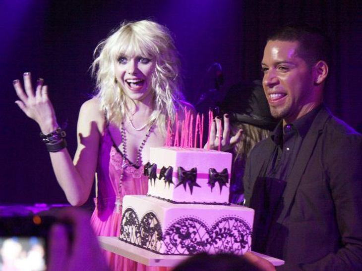 Stars ♥ Torte!Rosa mit schwarzen Schleifchen: das ist die perfekte Torte für Taylor Momsen (18). Eigentlich ist sie noch ein Mädchen, aber innendrin ist sie der düstere Vamp.