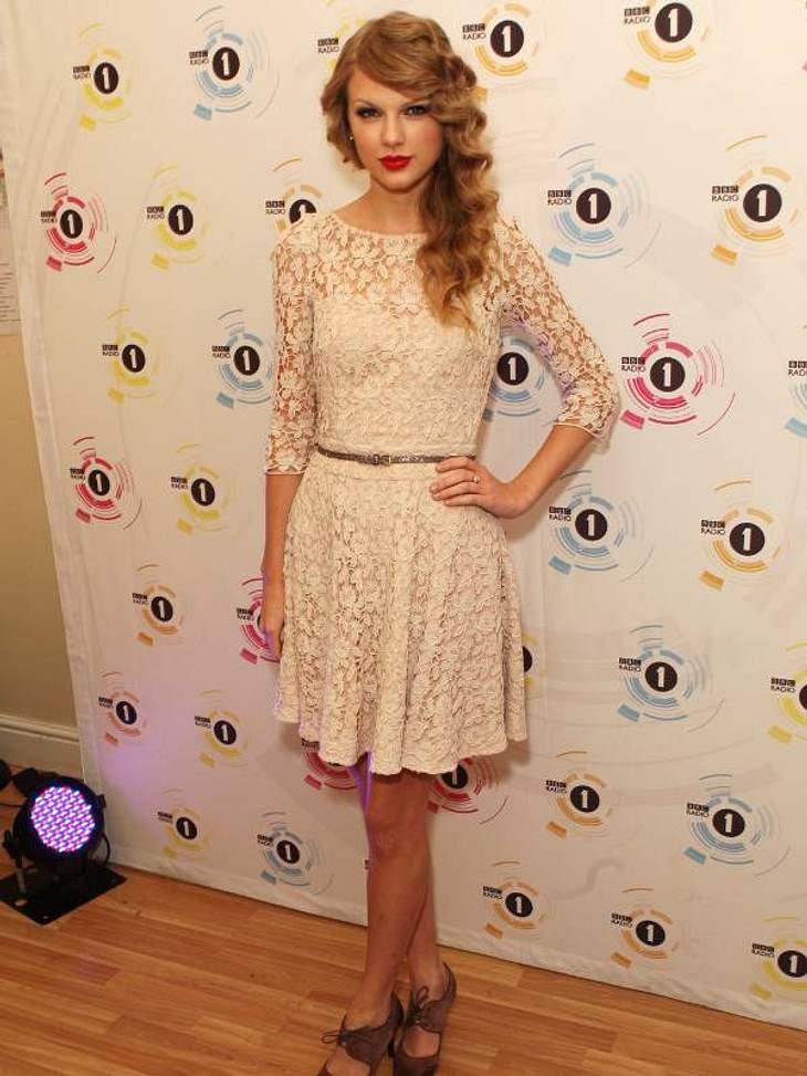 3. Star-Style: SpitzeDie unschuldige Version trägt Country-Sängerin Taylor Swift. Lange Ärmel, hochgeschlossen, weiß - aber in Spitze.