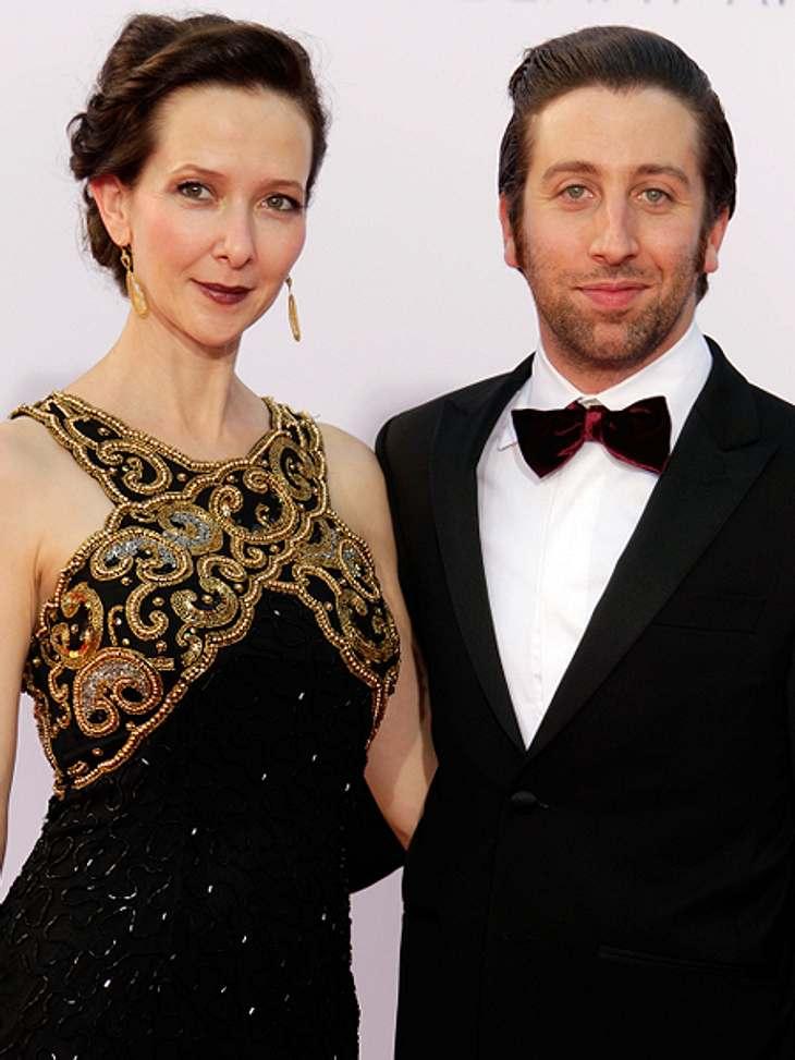 """Die """"The Big Bang Theory""""-Schauspieler ganz privatIn der Serie spielt er den Howard Wolowitz, der selbst noch irgendwie ein Kind ist und sich von seiner Mutter betüddeln lässt. Im echten Leben hat Simon Helberg (32) zusammen mit s"""