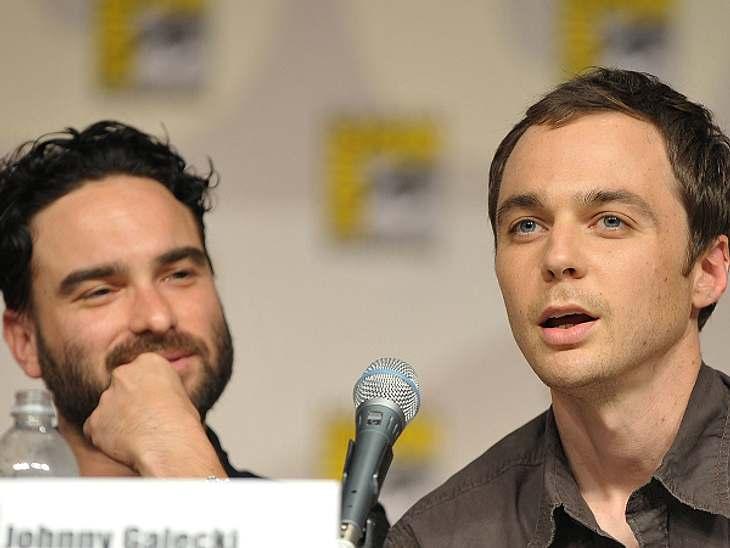 """Die """"The Big Bang Theory""""-Schauspieler ganz privatJim Parsons hatte auf der Comic-Con in San Diego 2009 ein ziemlich verrücktes Fan-Erlebnis. Alle """"Big Bang Theory""""-Darsteller saßen in einem Raum vor rund 3000 Leuten. Da"""