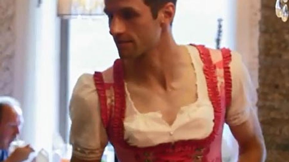 Thomas Müller im rosa Dirndl im ersten Die Mannschaft-Trailer