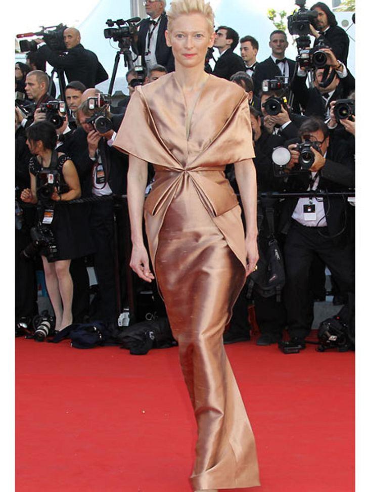 Cannes 2012Tilda Swinton (51) sucht sich ihre Kleider auf jeden Fall nie da aus, wo es die anderen Stars tun. Ihr Style ist einzigartig, nicht immer schön, aber immer speziell...