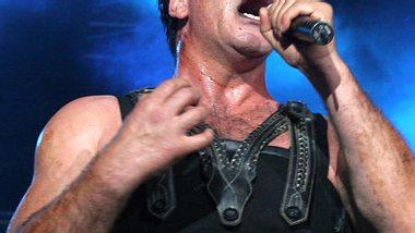 Rammstein-Sänger Till Lindemann trat mit blonder Perücke und Sonnenbrille auf. - Foto: Greetsia Tent / Getty Images