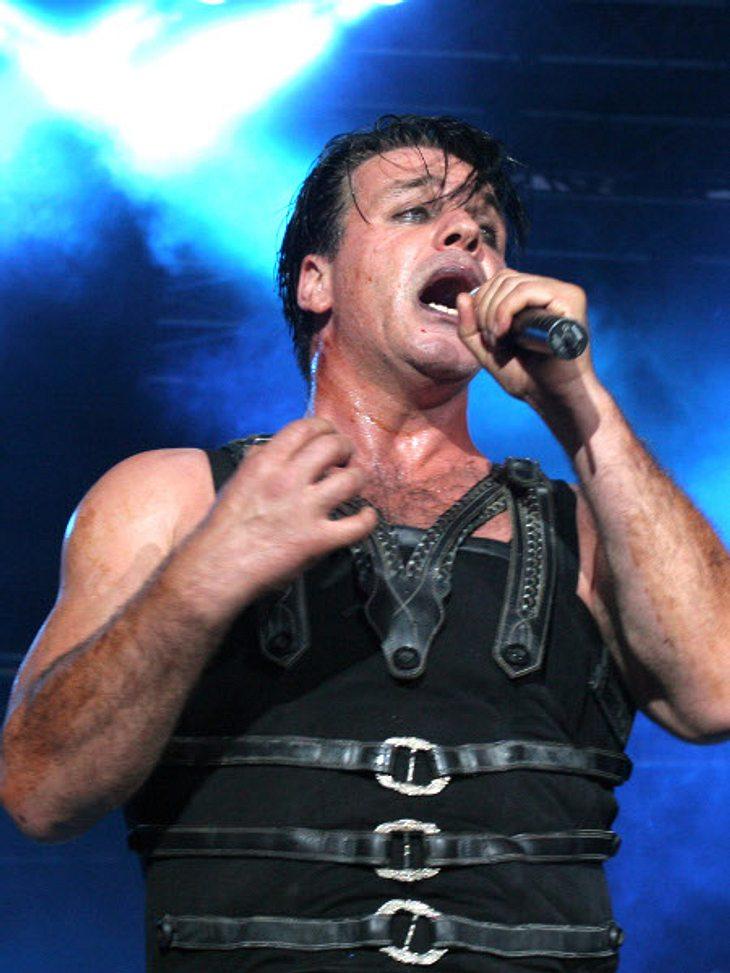 Rammstein-Sänger Till Lindemann trat mit blonder Perücke und Sonnenbrille auf.