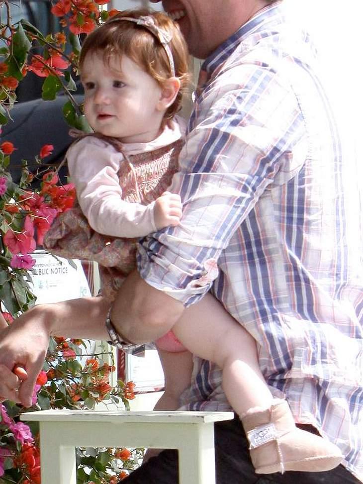 """Die Tochter von """"How I Met Your Mother""""-Star Alyson Hannigan in süßen Baby-UGGs: Modisch ganz weit vorn."""