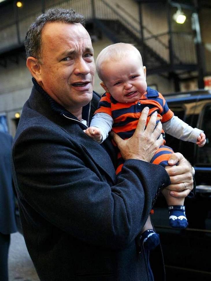 Oh, wie lustig ... Tom Hanks ist mit dem weinenden Baby auf dem Arm total überfordert.