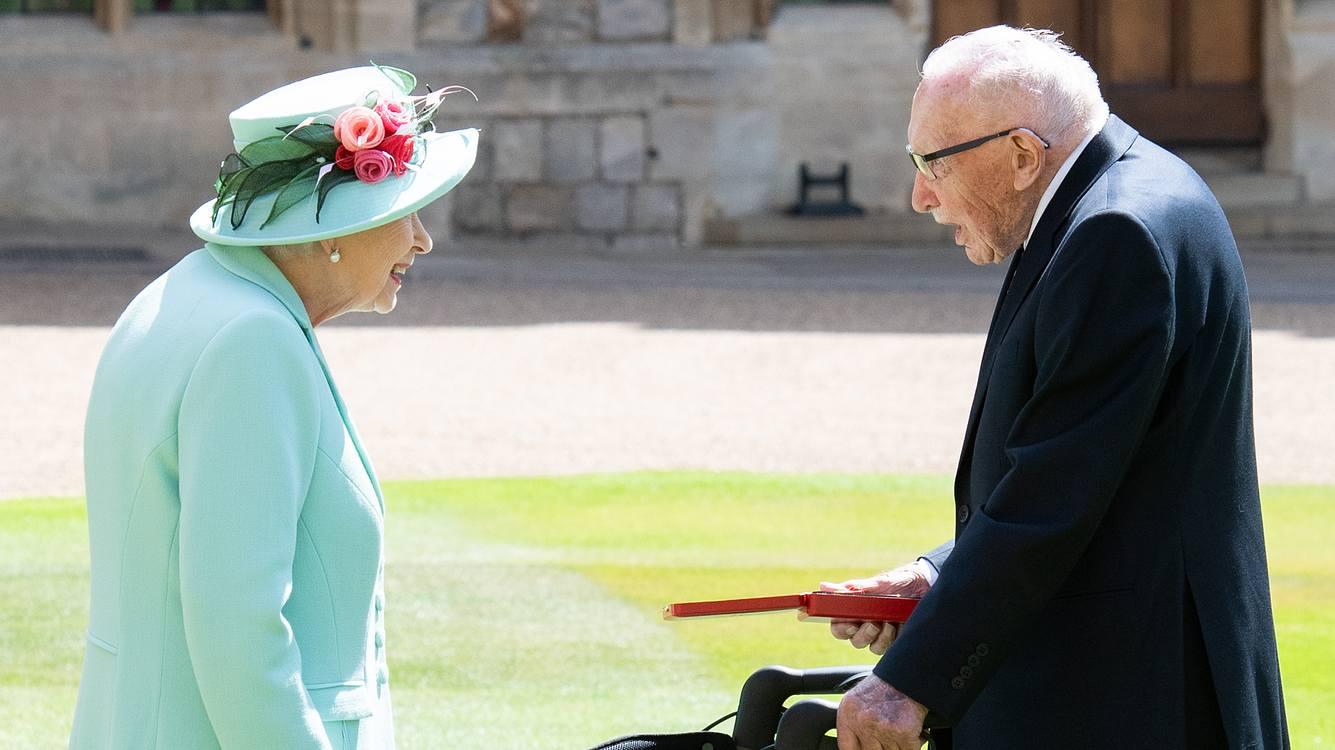 Queen Elizabeth und Tom Moore