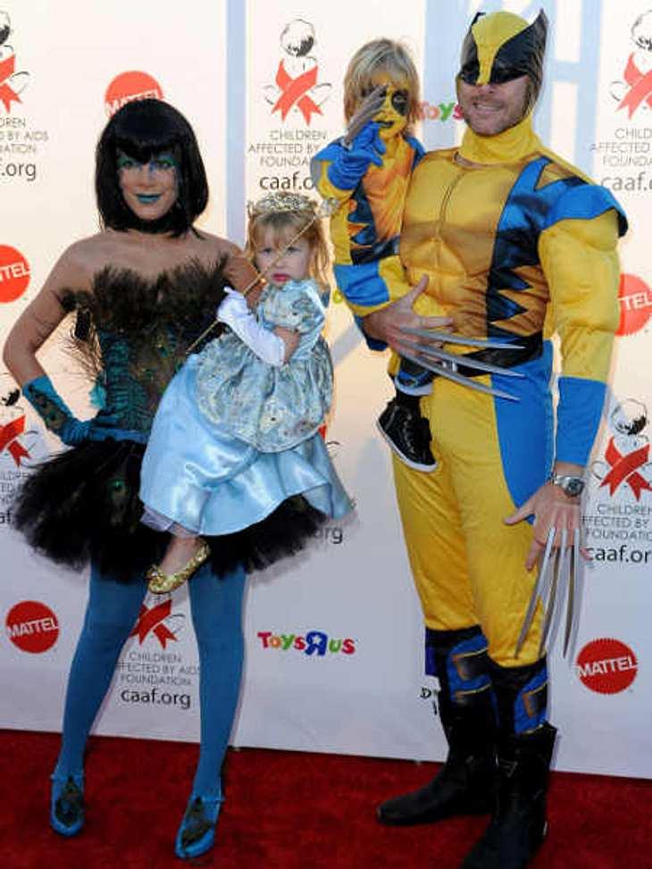 """So feiern die Stars HalloweenTori Spelling mit Familie - da waren sie noch """"nur"""" zu viert. Tori ging als Pfau, ihr Mann Dean McDermott und Sohn Liam als Wolverines und Töchterchen Stella als kleine Prinzessin."""