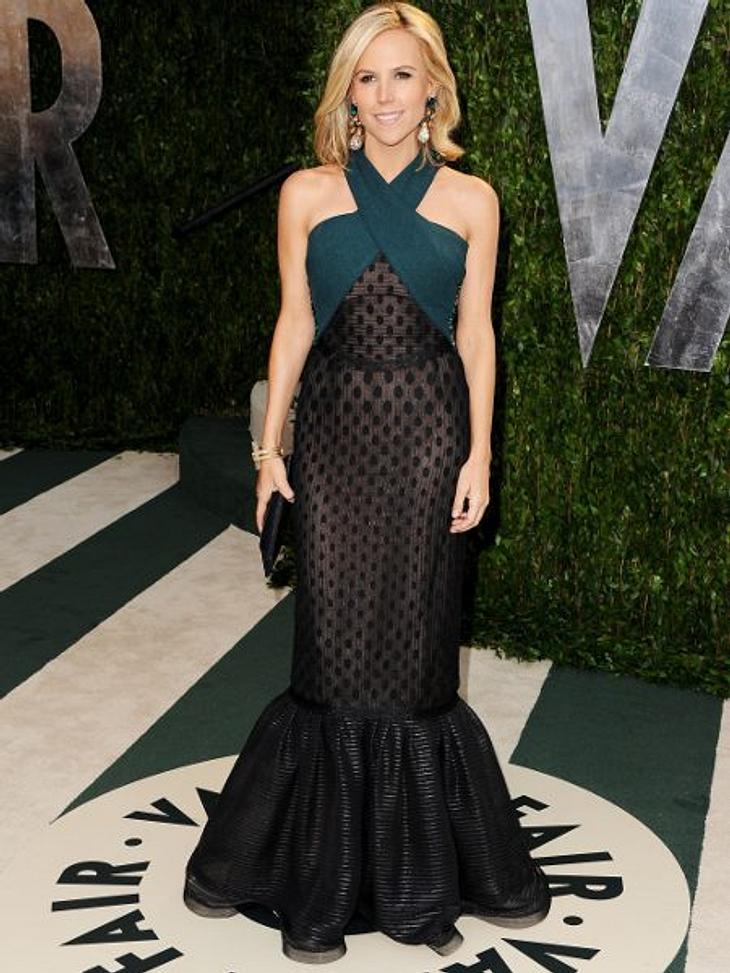 Zwei Stars, ein Kleid: Diese Stars tragen die gleichen Klamotten!Der Look von Tory Burch: Die Designerin hat die Nase vorn. Ihr Auftritt in dieser Robe ist einfach souveräner. Kein Wunder, sie kommt ja auch vom Fach.