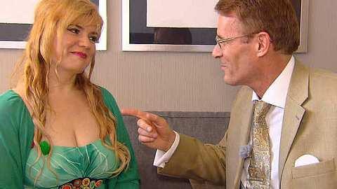 Charmeur Walther flirtet mit gleich zwei Frauen - Foto: RTL II