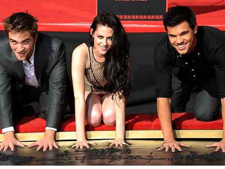 """Kristen Stewart, Robert Pattinson und Taylor Lautner hinterlassen vor dem """"Grauman's Chinese Theatre"""" ihre Hand- und Fußabdrücke."""