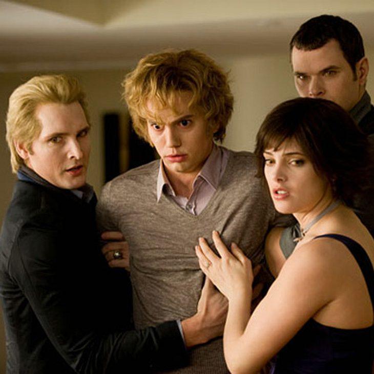 Twilight: Die Liebesgeschichte von Bella und Edward,Auf ihrer Geburtstagsfeier schneidet Bella sich. Daraufhin gerät Jasper, der jüngste Neuzugang des Cullen-Clans, außer Kontrolle und ist kurz davor über Bella herzufallen. Edward zieht ein