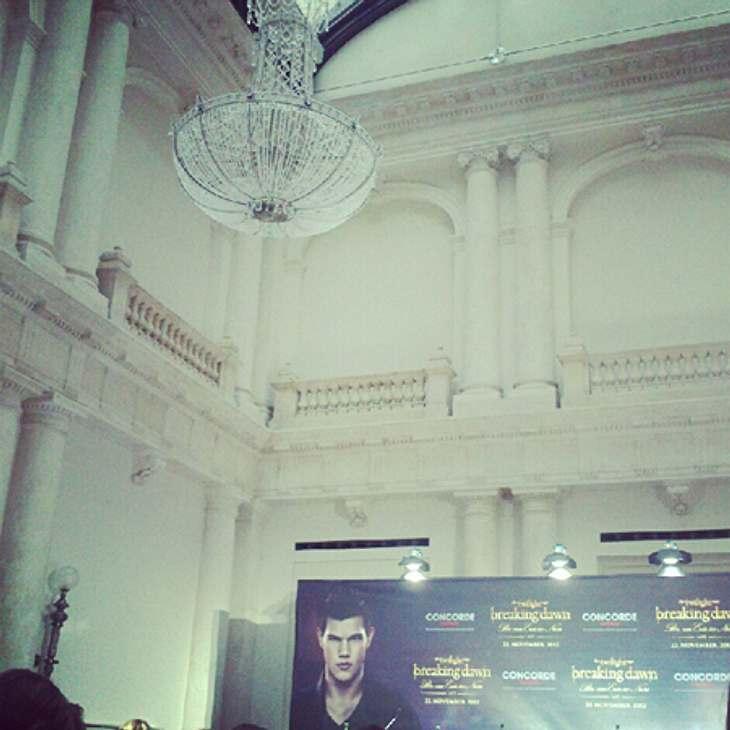 """""""Breaking Dawn 2""""-Premiere in Berlin - Wir waren für Euch dabei... während der Pressekonferenz, die sich wegen des dichten Nebels in Berlin um mehrere Stunden verschob, sagte Taylor Lautner, dass er immer wenn er in Berlin sei, in"""