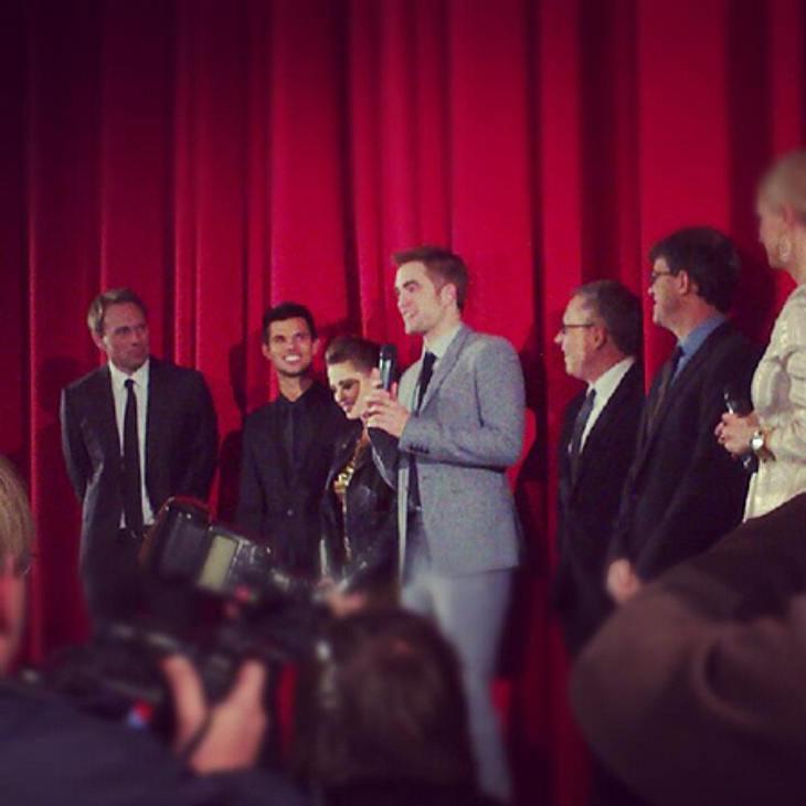"""""""Breaking Dawn 2""""-Premiere in Berlin - Wir waren für Euch dabeiNach dem Red Carpet folgte in einem der Kinosäle noch eine Bühnenpräsentation mit den drei Hauptdarstellerin sowie dem Regisseur Bill Condon und Produzent Wyck Godfrey"""
