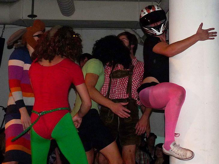 Ugly-Dance-Contest 2010Die Säule wurde geschmust und drumherum getanzt.