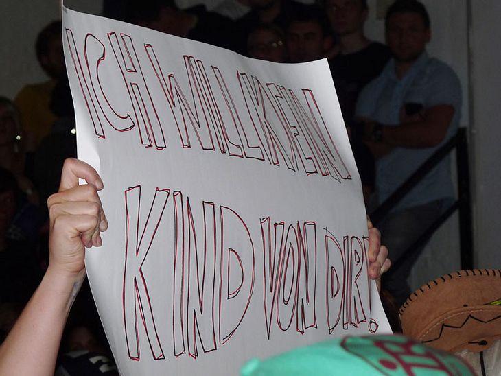 """Ugly-Dance-Contest 2010""""Ich will kein Kind von dir"""", das hielt eine junge Frau bei den Zuschauern hoch."""