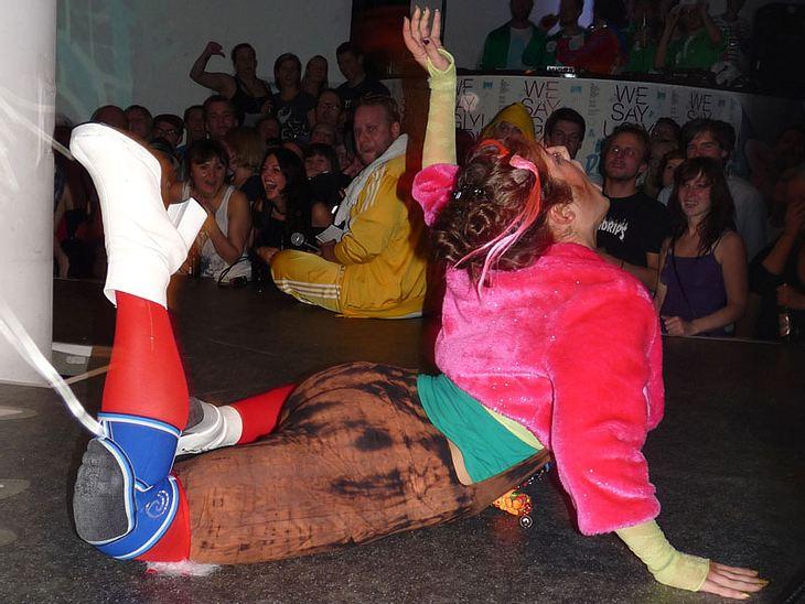 Ugly-Dance-Contest 2010Man robbte und schob sich über die Tanzfläche.