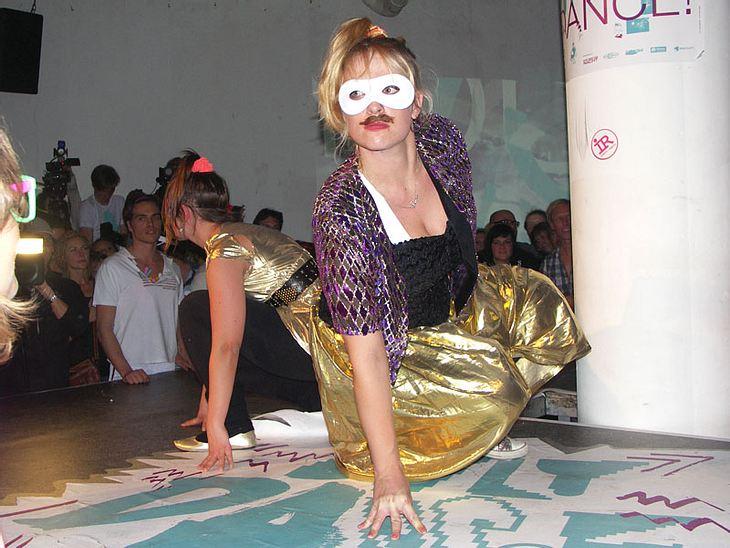 Ugly-Dance-Contest 2010Einige Frauen trugen angeklebte Bärte.