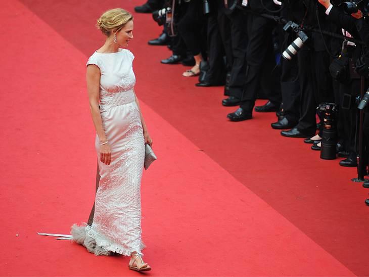 Uma Thurman war auch am Wochenende wieder in Cannes am Start. Zum eleganten Kleid trägt die super-große Schauspielerin Flats.