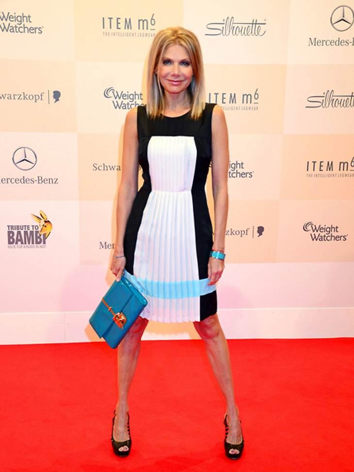 Tribute to Bambi 2012 - Der Look der StarsFast das gleiche Kleid trug Schauspielerin Ursula Karven (48). Sie verlieh ihrem Look mit einer blauen Tasche noch etwas Farbe.