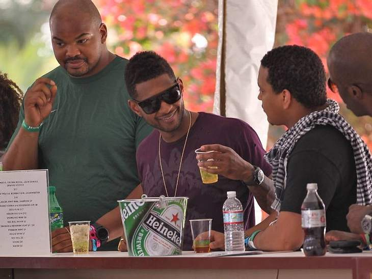 Coachella Festival  Usher genehmigt sich an der Festival-Bar einen Drink.