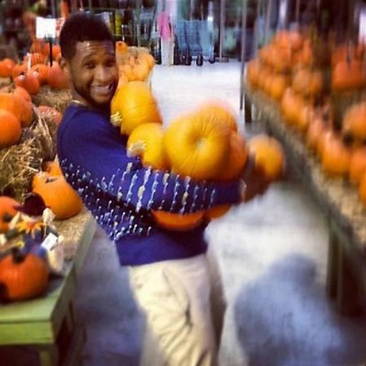 Happy Halloween! Stars im Kürbis-FieberWackelige Angelegenheit: Ob Usher (34) die Kürbisse wirklich allesamt heil nach Hause transport hat, wissen wir auch nicht. Fest steht jedoch: Der R&B-Star hatte offenbar jede Menge Spaß beim Shopp