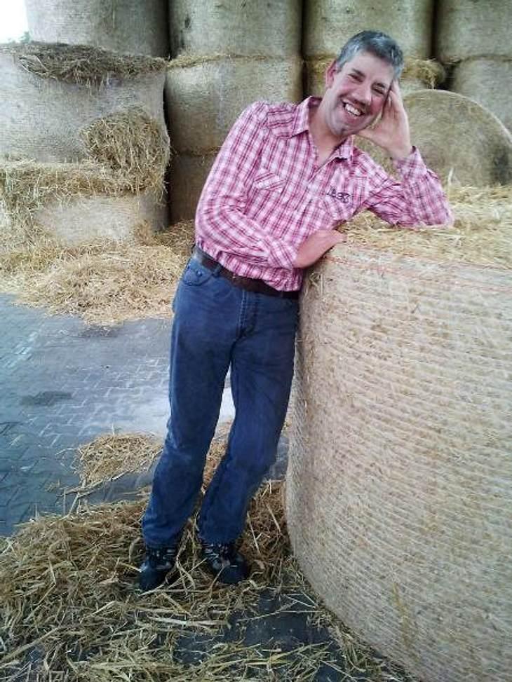 """""""Bauer sucht Frau""""Der """"sanfte Schweinebauer"""" Uwe (41) aus Niedersachsen hat mächtig viel Arbeit, denn er besitzt 2.000 Schweine. Er wohnt ganz alleine auf seinem Hof, eine Frau würde alles perfekt machen. Aber Uwe hatte"""