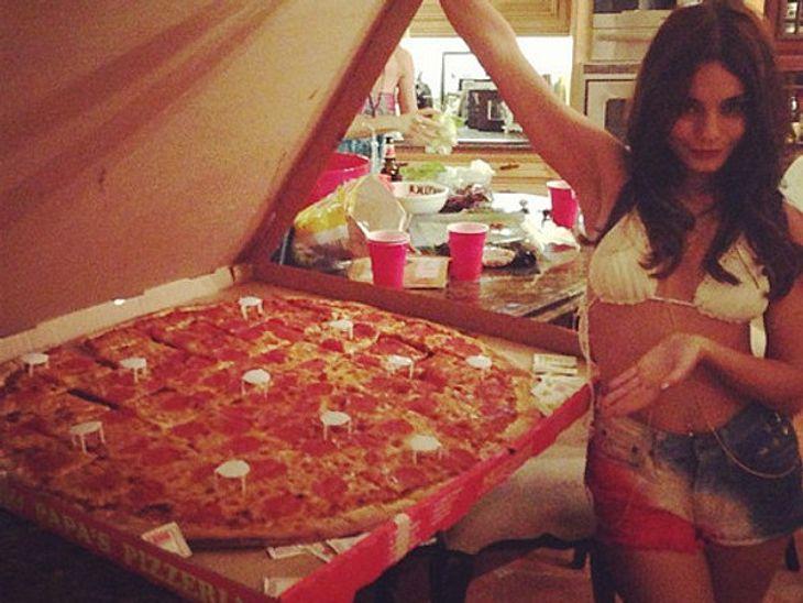 """Kleines Mädchen und eine groooooße Pizza. Vanessa Hudgens präsentiert stolze 5.000 Kalorien und das im knappen Bikini. Für sich uns ihre Freunde orderte sie bei """"Big Mama's & Papa's"""" diese 97 cm Pizza für 100 Dollar. Lecker!!!"""