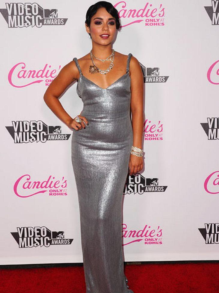 VMA 2011 - Die HighlightsVanessa Hudgens mit ein paar Extrapfunden im silberfarbenen Schlauchkleid.