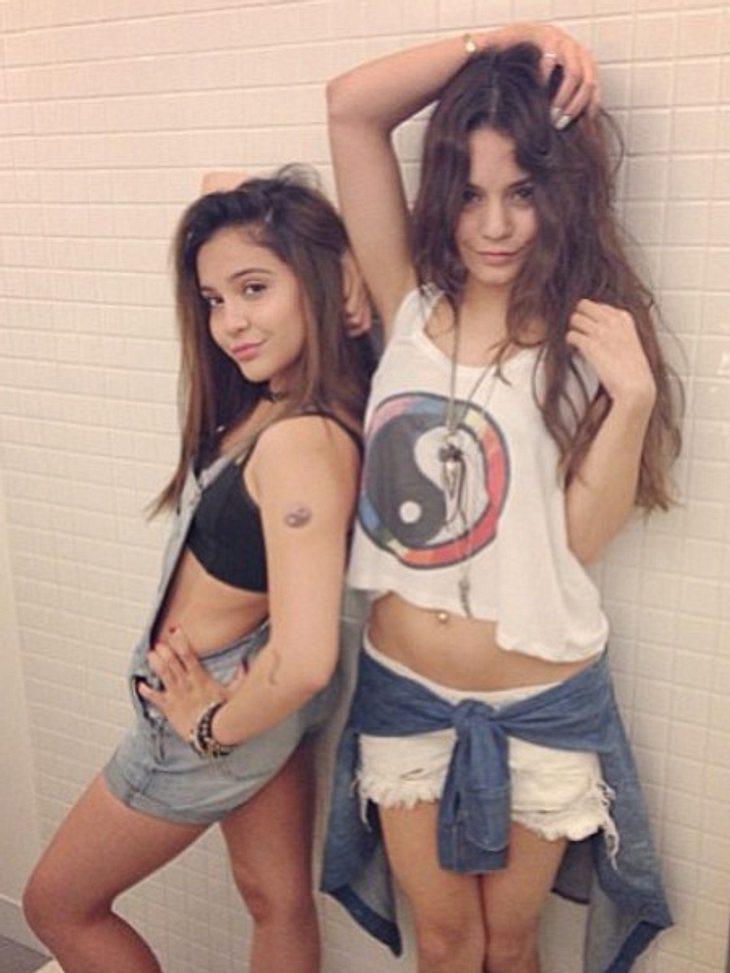 Vanessa Hudgens und ihre kleine Schwester Stella posieren sexy im Badezimmer