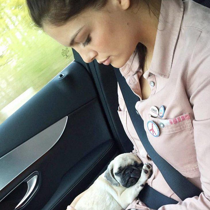 Vanessa Fuchs mit ihrem neuen Hund Bella