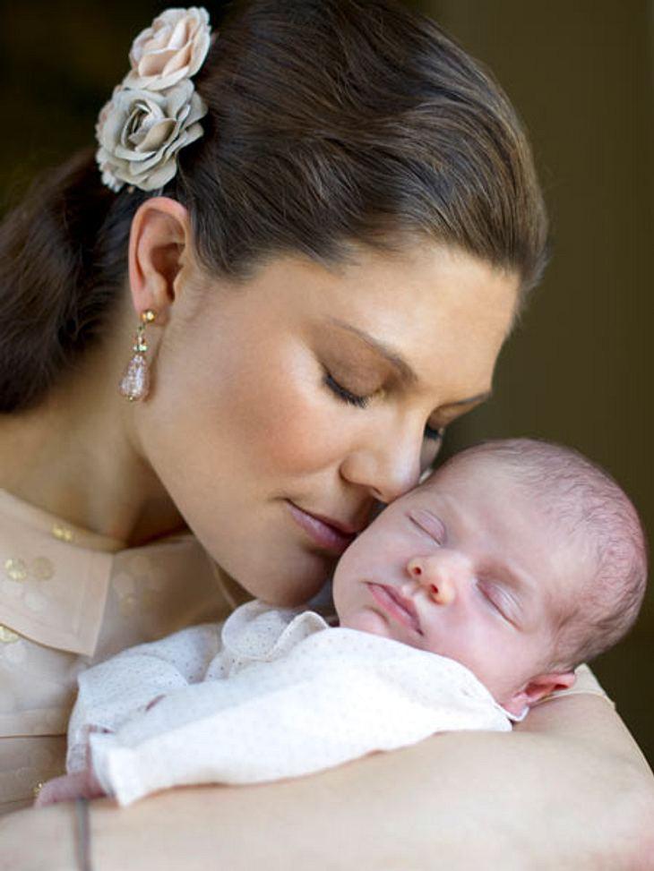 Mein erster Muttertag: Stars im Mama-GlückAuf die kleine Estelle hat sich ein ganzes Königreich gefreut, aber am meisten natürlich ihre Mama Kronprinzessin Victoria (34). Am 23. Februar 2012 schenkte sie Schweden eine neue Prinzessin. Victo