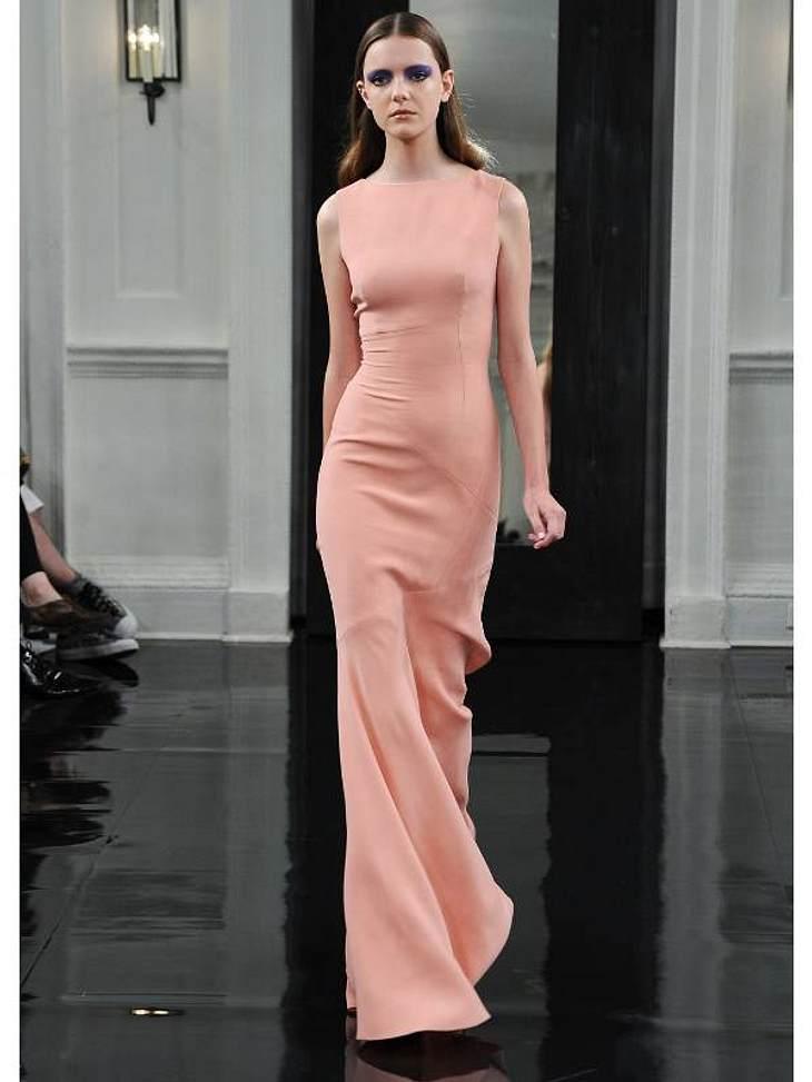 Victoria Beckham hatte bei der Fashion Week ihre eigene Show und die kam selbst bei den Kritikern sehr gut an. Es dominieren klare Schnitte und zarte Stoffe.