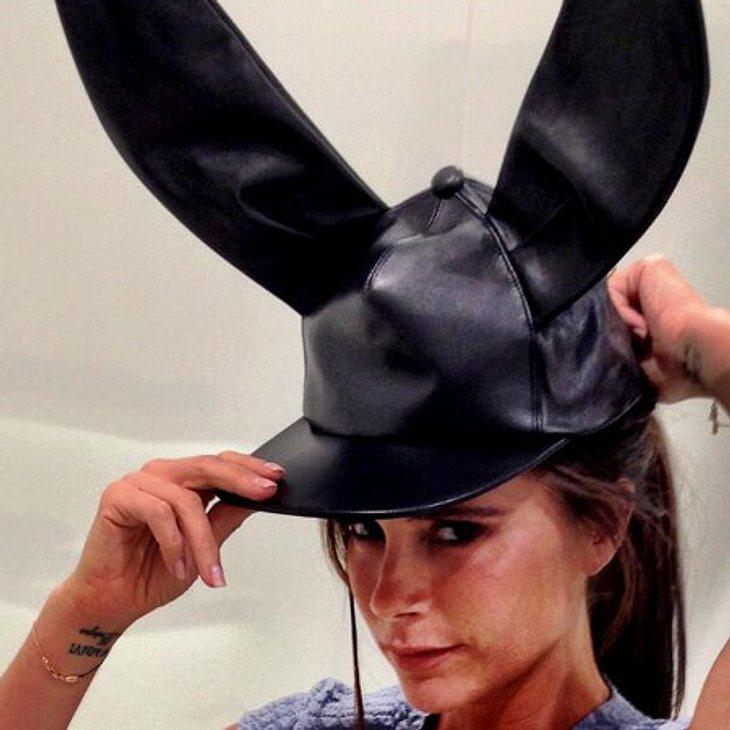 Die Stilikone macht sich eine Spaß aus dem Ohren-Hut.