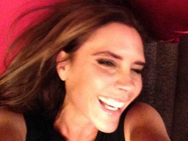 Das gibt's ja nicht! Victoria Beckham lacht! Dass das wirklich möglich ist, zeigt nun ihr Ehemann David bei Facebook. Und wir müssen zugeben, es steht Posh sehr gut.