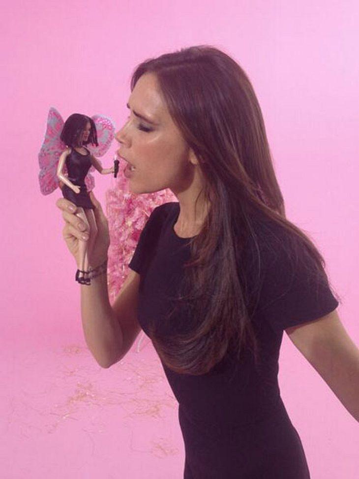 Victoria Beckham singt mit ihrer Barbie