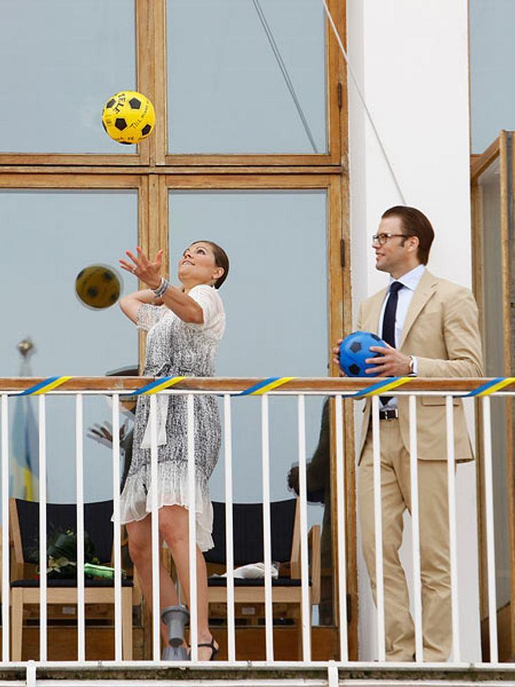"""Royals bei der ArbeitDie Royals dürfen bei Staatsbesuchen und öffentlichen Veranstaltungen auch gern mal das innere Kind wecken: Prinz Daniel und Victoria von Schweden beim Ballspiel bei der Zeremonie zur Enthüllung der """"Hochzeitsbäume"""