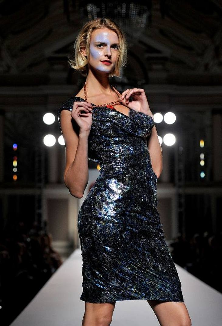 ,Hat das Model bei Vivienne Westwood mit Straßenmalkreide gespielt? Ihr Make-up sieht jedenfalls danach aus.