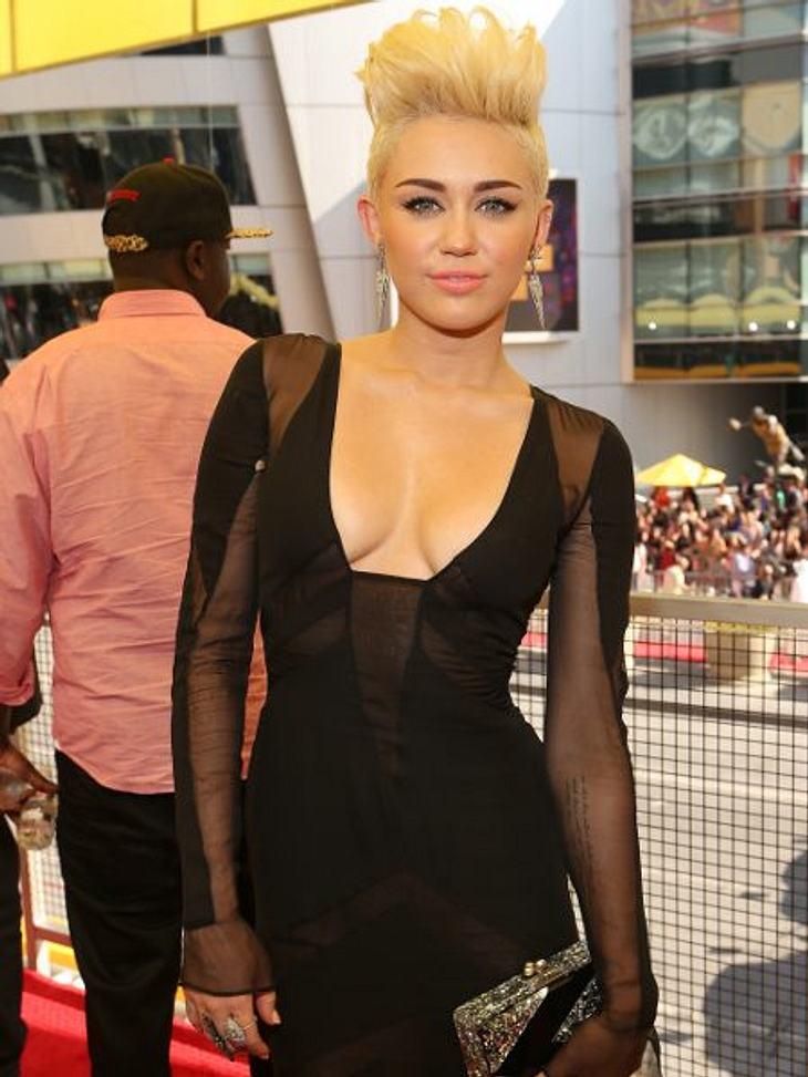 Der Style der VMA 2012: Tops & FlopsMiley Cyrus (19) kam in einem raffinierten Kleid von Emilio Pucci, das sehr viele Einblicke gewährte...