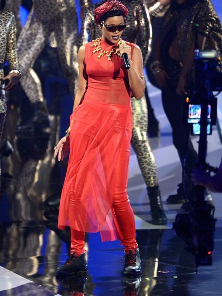 Der Style der VMA 2012: Tops & FlopsAuf dem roten Teppich war Rihanna (24) definitv ein Top, auf der Bühne in roten Lederhosen und durchsichtigem Oberteil leider ein FLOP.