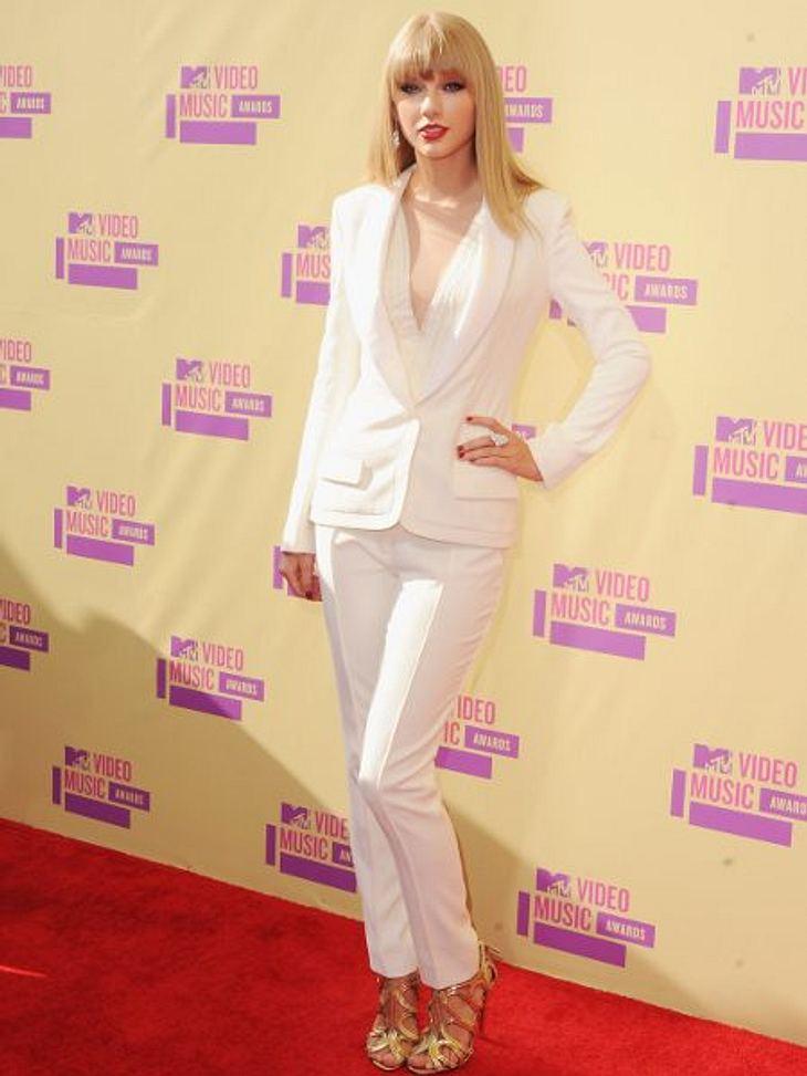Der Style der VMA 2012: Tops & FlopsKeine pompöse Robe, kein glitzerndes Mini-Kleid: Taylor Swift  (22) entschied sich für einen eleganten, weißen Hosenanzug von J. Mendel. Eine ungewöhnliche aber sehr schicke Wahl. Fazit: TOP