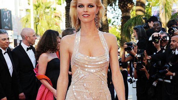 Wem stehts besser - Eva Herzigova oder Donatella Versace?