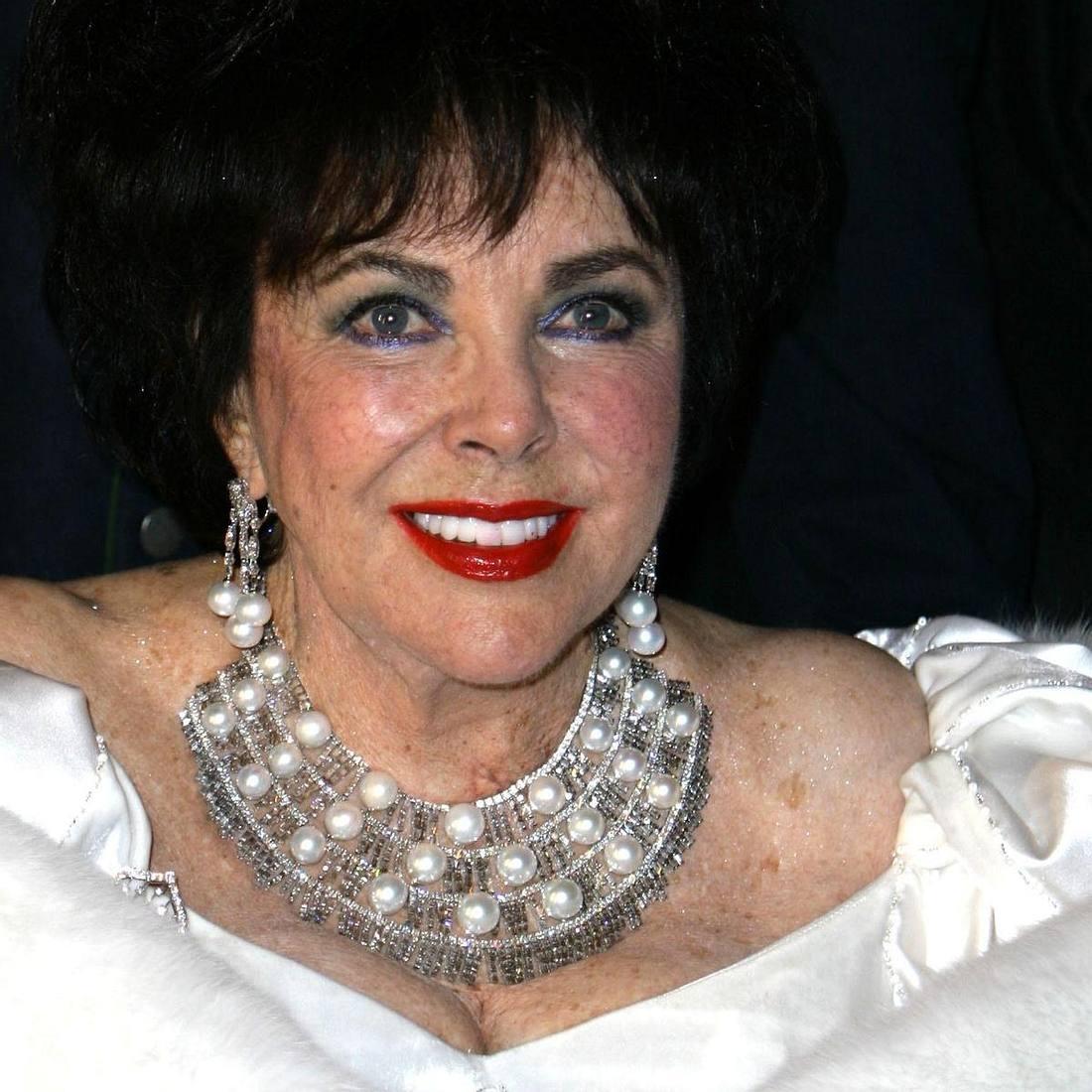 """Elizabeth Taylors """"Cleopatra""""-Perücke versteigert"""