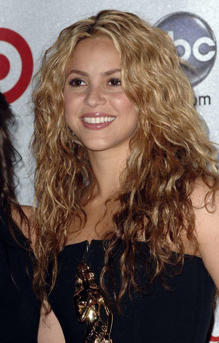 Shakira rockt die EMAs