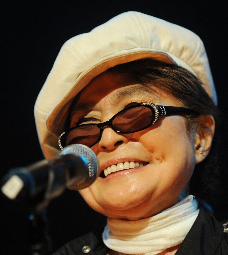 Yoko Ono, Eric Clapton & Bette Midler gemeinsam auf der Bühne