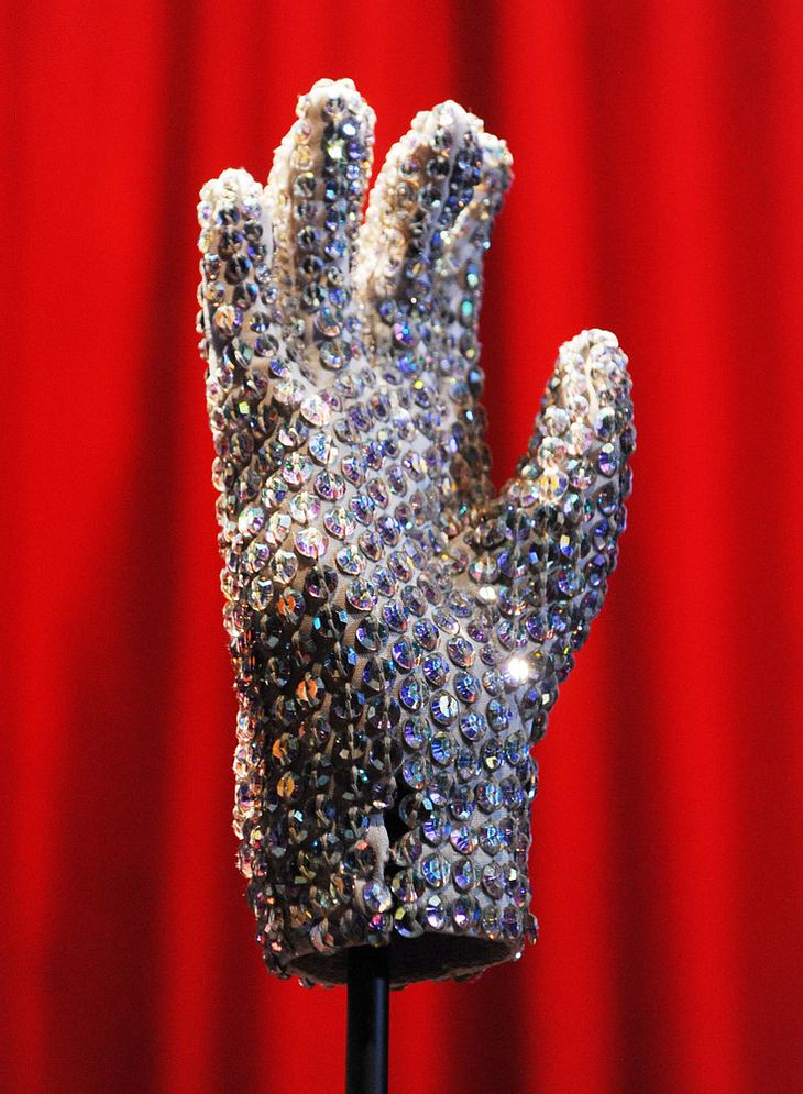 Jacksons Moonwalk-Handschuh für 350.000 Dollar versteigert